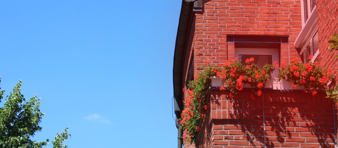 Hauptstellengebäude der Sparkasse Scheeßel im Sommer